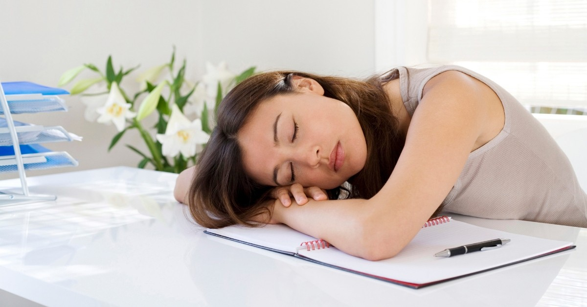kobieta bardzo zmęczona pracą