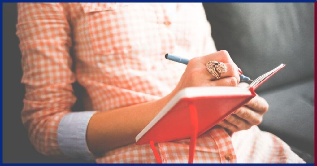 kobieta pisząca w pamiętniku